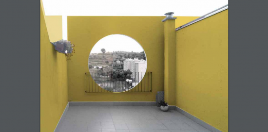 terrazzino dell'appartamento dipinto di giallo acceso