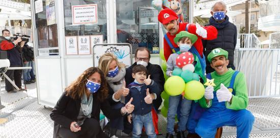 Marco con Ilaria Cavo, Massimo Nicolò e i volontari