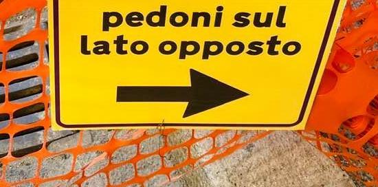 "cartello stradale ""pedoni con lato opposto"""
