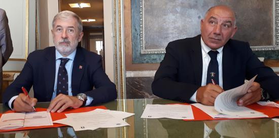 Il sindaco al tavolo mentre firma l'accordo