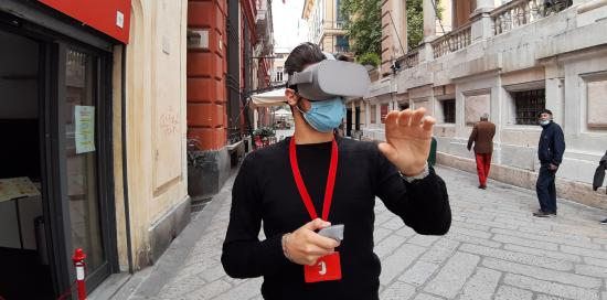 Un utente prova il visore 3D