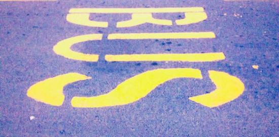 scritta bus su strada