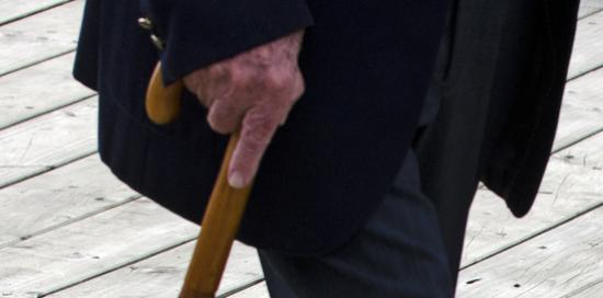 Gambe che si appoggiano ad un bastone
