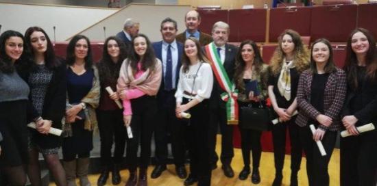 Marco Bucci e Giovanni Toti con alcune delle studentesse premiate