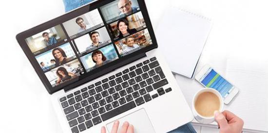immagine di computer e chat