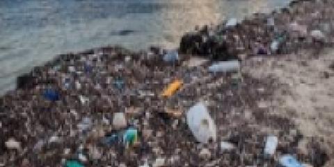 Accumuli di rifiuti in spiaggia