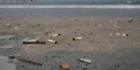 Mozziconi di sigaretta in spiaggia