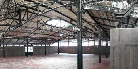 Vista del grande spazio interno con la struttura metallica
