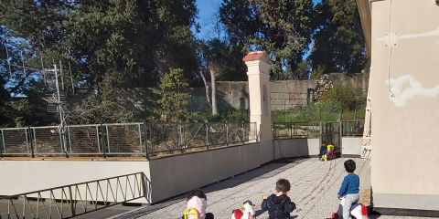 bambini che giocano sul terrazzo