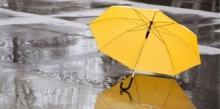 ombrello giallo su strada bagnata