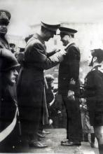 Giorgio Parodi insignito di una medaglia da Re Umberto
