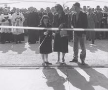 La figlia Marina che inaugura la scuola di volo Giorgio Parodi, vicino a lei l'allora presidente dell'Aeroclub la Marchesa Carina Negrone, che fu allieva di Parodi